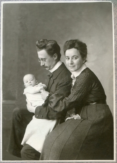 Rudolf and Josephine Höber with their first child, Johannes, around December 1904.