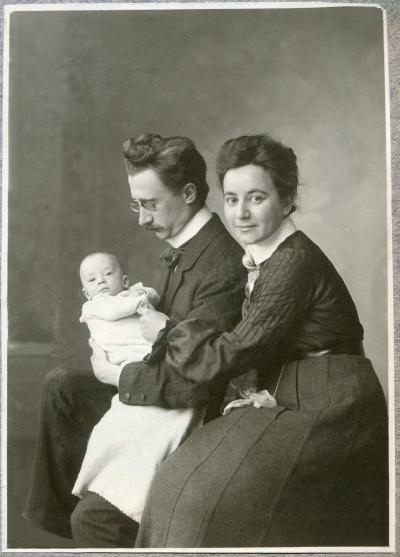Rudolf and Josephine Höber with their first child, Johannes, around December 1904.