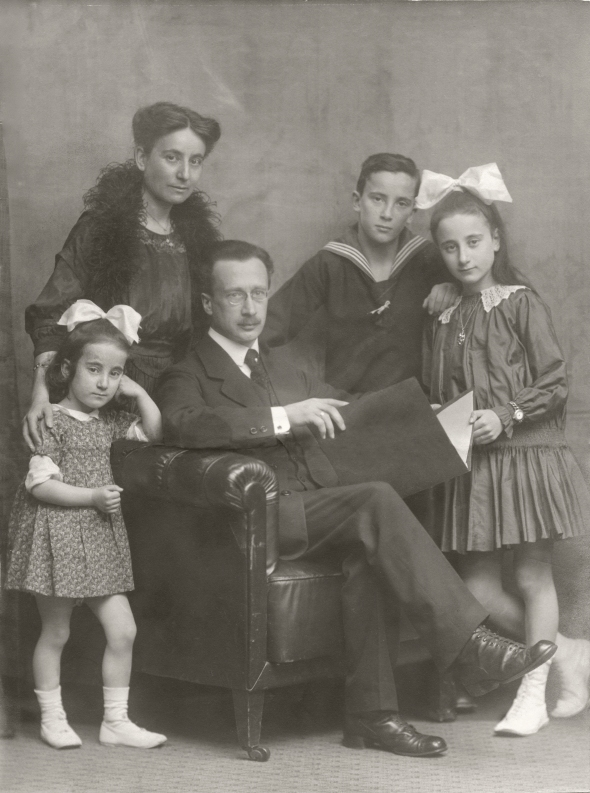 The Höber Family, February 1918. Rudolf Höber surrounded by, from left, Ursula, Josephine, Johannes, Gabriele.